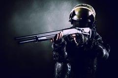 Soldat med hagelgeväret Arkivfoto