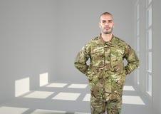 soldat med hans händer på baksida Konkret rum med fönster royaltyfri illustrationer