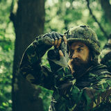 Soldat med kameran i skog Royaltyfria Foton