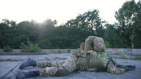 Soldat med PTSD-sorgen för stupad kamrat i armar stock video