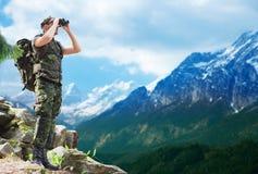Soldat med ryggsäcken som ser till binokulärt Arkivbilder
