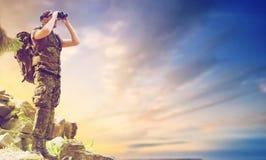Soldat med ryggsäcken som ser till binokulärt Royaltyfria Foton