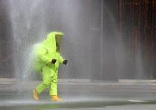 Soldat med skyddande utstrålningsförsvar för gul dräkt mot bi Fotografering för Bildbyråer