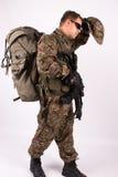 Soldat med vapnet och ryggsäcken Fotografering för Bildbyråer