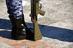 Soldat mexicain se tenant à l'attention photographie stock libre de droits