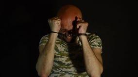 Soldat militaire menotté banque de vidéos