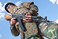 Soldat mit Ak-47 Lizenzfreie Stockfotos