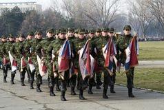 Soldat mit alten serbischen Armeemarkierungsfahnen Stockbild