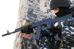 Soldat mit automatischem Russe AK47-Gewehr