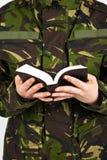 Soldat mit Bibel Stockfotografie