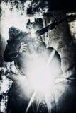 Soldat mit dem Gewehr, das gegen grelles Licht zielt Lizenzfreies Stockfoto