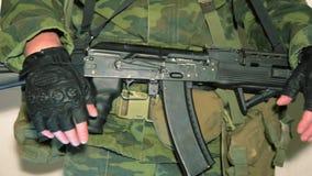 Soldat mit den Daumen oben stock video footage