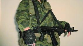 Soldat mit den Daumen oben stock footage