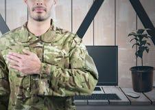Soldat mit der Hand auf Herzen vor seinem Büro Lizenzfreies Stockfoto
