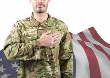 Soldat mit der Hand des Herzens vor der amerikanischen Flagge Lizenzfreie Stockfotos