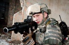 Soldat mit einem Gewehr gegen die Wand Lizenzfreie Stockfotos