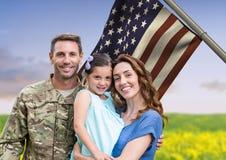 Soldat mit Familie vor USA-Flagge auf dem Gebiet lizenzfreies stockfoto