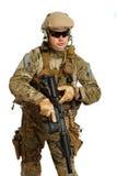 Soldat mit Gewehr auf einem weißen Hintergrund Stockfotografie