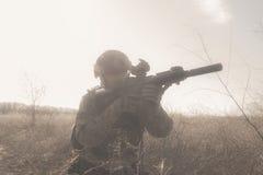 Soldat mit Gewehr im Nebel Stockbilder