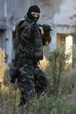 Soldat mit Gewehr- und Gummitaktstock Stockbild