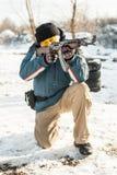 Soldat mit Kalaschnikow Rifflemaschinengewehr auf Schießstand im Freien stockfotografie