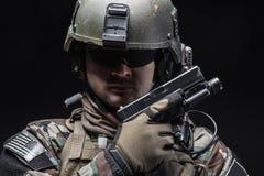 Soldat mit Pistole stockbild