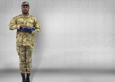 Soldat mit USA-Flagge in den Händen Konkreter Raum Stockbild