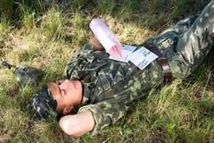 Soldat mit Zeichen Lizenzfreie Stockfotos
