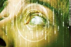 Soldat moderne de cyber avec l'oeil de matrice de cible photos stock