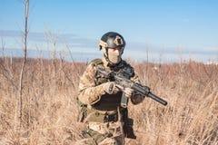 Soldat in NATO, das auf den Gebieten geht Stockbilder