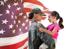 soldat och dotter framme av USA-flaggan fotografering för bildbyråer