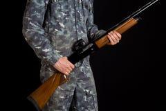 Soldat ou chasseur sur un fond noir, d'isolement, l'espace de copie Jeune homme avec un canon Un soldat dans l'uniforme militaire photos libres de droits