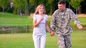 Soldat på ett datum med en flicka, lyckligt par lager videofilmer