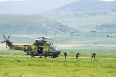Soldat på helikoptern royaltyfria bilder