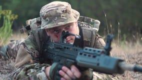 Soldat på jordning som siktar med vapnet arkivfilmer
