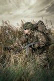 Soldat på kriget i träsket arkivbild
