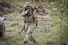 Soldat på patrull Royaltyfri Foto