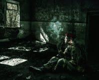 Soldat portant l'uniforme militaire dans le bâtiment détruit photographie stock