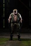 Soldat Is Praying For ingen vapenkamp royaltyfria bilder