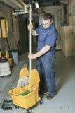Soldat qui nettoyant le plancher avec son balai images libres de droits