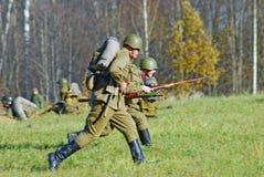 Soldat-reenactorsattack royaltyfri fotografi