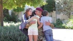 Soldat Returning Home And gegrüßt von der Familie stock video footage