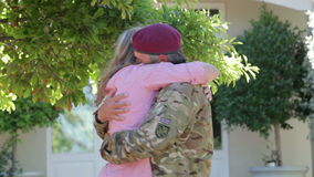 Soldat Returning Home And salué par l'épouse clips vidéos