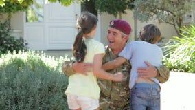 Soldat Returning Home And som hälsas av familjen