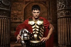 Soldat romain dans le temple antique photographie stock