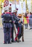 Soldat royal espagnol de garde se posant pour un selfie Photographie stock