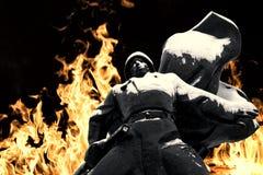 Soldat russe Statue en neige et feu Photos stock