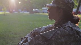 Soldat s'asseyant dans l'herbe