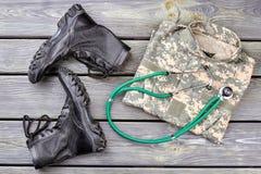 Soldat ` s Notwendigkeiten auf Holz, Draufsicht stockfotos