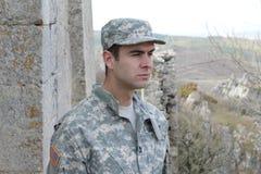 Soldat semblant réfléchi et vigilant sur une mission d'outre-mer photographie stock